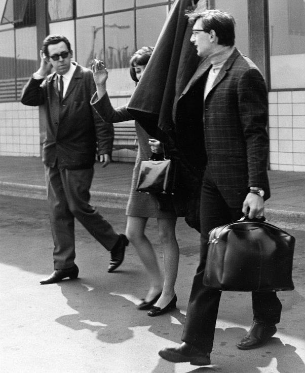 Jiří Menzel a Jitka Zelenohorská na ruzyňském letišti v dubnu 1968 poté, co v Americe dostali Oscara. Vlevo je tiskový tajemník Filmového studia Barrandov Vladimír Bystrov.