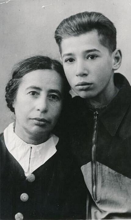 Viktor Pivovarov s matkou (1951)