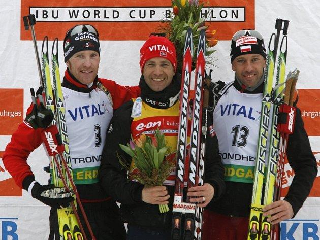 Norský biatlonový suverén Nor Ole Einar Björndalen (uprostřed) vyhrál stíhací závod v Trondheimu. Simon Eder z Rakouska (vlevo) byl druhý a třetí skončil PolákTomasz Sikora.