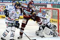 Miroslav Hlinka ze Sparty (uprostřed) se snaží překonat brankáře Liberce Marka Pince.