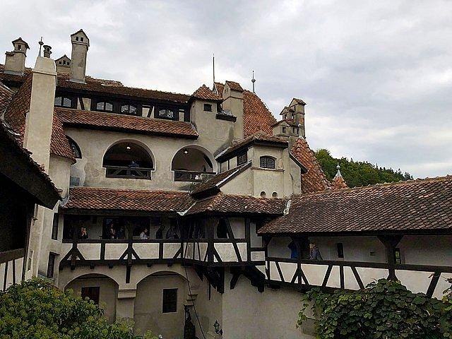 Fortifikovanou kamennou pevnost, dnes známou jako hrad Bran, vystavěli saští obyvatelé města Brašova