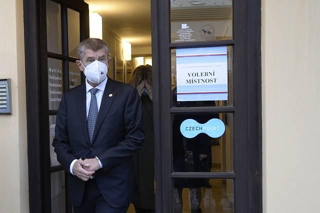 Premiér Andrej Babiš odevzdal v Průhonicích u Prahy svůj hlas v krajských volbách.