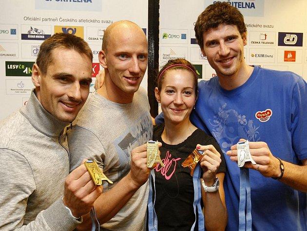 Atleti (zleva) Roman Šebrle, Petr Svoboda, Denisa Rosolová a Jaroslav Bába s medailemi z halového mistrovství Evropy.