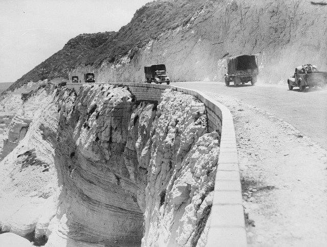 Nákladní vozidla australské armády se přesunují po pobřežní silnici v Libanonu během syrsko-libanonského tažení (červen 1941)