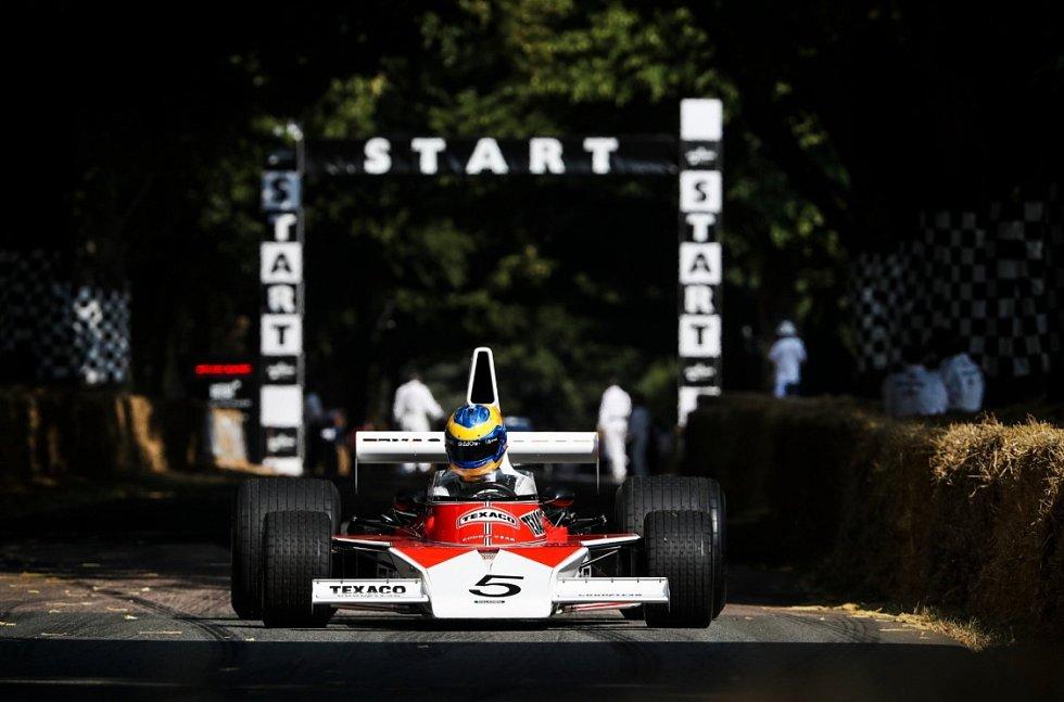 Testovací jezdec McLarenu pro sezonu 2018 Ruby van Buren v historickém monopostu McLaren M23 na goodwoodském festivalu