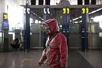 Cestující na letišti v Pekingu