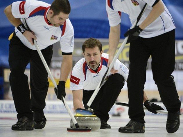 Skip české curlingové reprezentace Jiří Snítil (uprostřed) se na olympiádu do Soči nepodívá.
