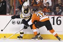 Jaromír Jágr z Bostonu (vlevo) se snaží obehrát Brandona Manninga z Philadelphie.