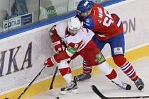 Juraj Mikuš z Lva Praha (vpravo) a Josh Hennessy z Čechova.