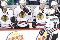 Tomáš Fleischmann (vpravo) se raduje se spoluhráči z Chicaga z gólu proti Winnipegu.