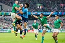 Ragbisté Irska (v zeleném) proti Itálii.