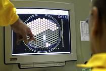 Technici sledují grafický diagram znázorňující stav výměny vyhořelého jaderného paliva v ovládacím centru zavážecího zařízení elektrárny Temelín. Ilustrační foto