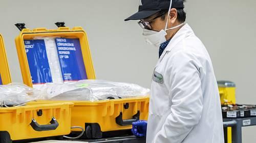 Pracovník montážní linky ventilátoru ve firmě Bloom Energy v Sunnyvale v Kalifornii na snímku z 28. března 2020