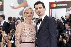Olivia Hamiltonová a Damien Chazelle na premiéře filmu První muž na festivalu v Benátkách.