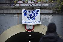 V ulicích Prahy se objevují transparenty vyzývající k solidaritě s lidmi, kteří kvůli epidemii koronaviru nemají na nájem.
