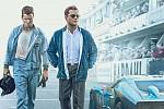 "Ford vs. Ferrari aneb Matt Damon a Christian Bale na plakátu ke snímku ""Le Mans '66""."