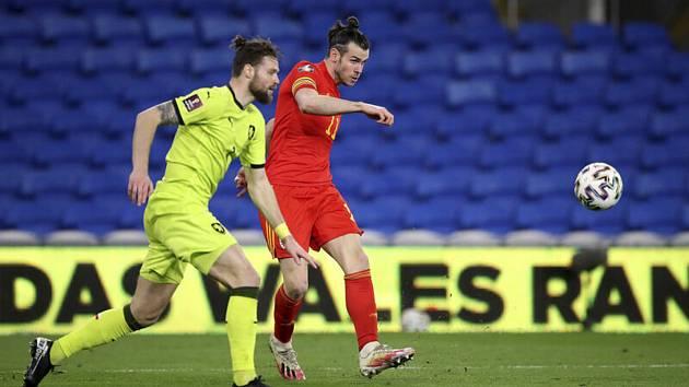 Utkání skupiny E kvalifikace MS ve fotbalu: Wales - ČR v Cardiffu. Zprava Gareth Bale z Walesu a Ondřej Čelůstka z ČR.
