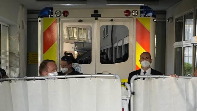 Sanitka, která 10. září 2021 převezla z lánského zámku prezidenta Miloše Zemana, po příjezdu do Ústřední vojenské nemocnice