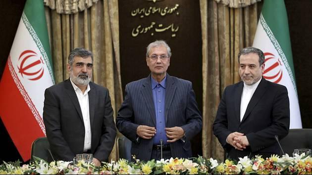 Íránská vláda k jaderné energii - Zleva mluvčí íránské organizace pro jadernou energii Behrúz Kamálvandí, mluvčí teheránské vlády Alí Rabiei a náměstek íránského ministra zahraničí Abbás Arákčí