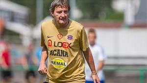 Na hřišti. Jaromír Bosák kope za Real Top Praha, k tomu vede Šestajovice, kde šéfuje Tomáši Rosickému.