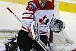 Kanadský gólman Dwayne Roloson zasahuje v zápase s Běloruskem.
