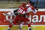 Chris Phillips z Kanady (v bílém) atakovaný Bělorusem Konstantinem Kolcovem.