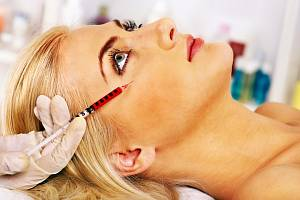 Píchnout si vlastní krev do obličeje – zní to zvláštně, ale v některých ordinacích se za to platí tisíce dolarů.