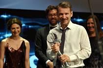 Ve Velkém sále hotelu Thermal režisér Szabolcs Hajdu převzal Křišťálový glóbus za snímek Rodinné štěstí.