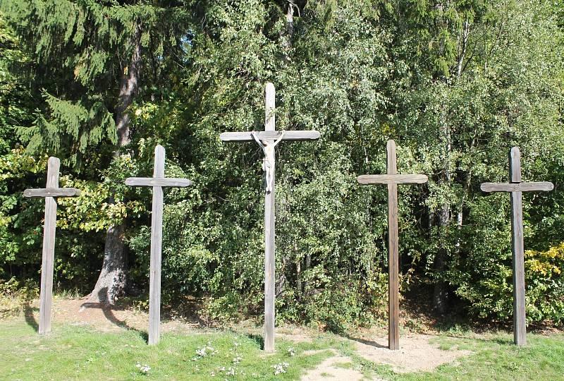 Kříže jsou vyrobeny ze dřeva, takže se na nich podepisuje zub času a je třeba je pravidelně obnovovat.
