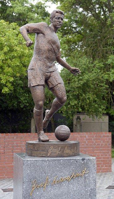 Český fotbal opustila legenda. Josef Masopust a jeho socha