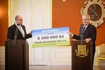 Miloš Zeman předal nevyužité peníze z prezidentské kampaně klokánkům. Přikazuje mu to zákon