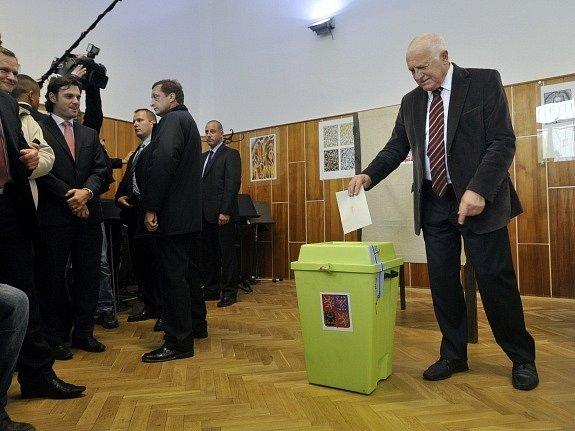 Prezident republiky Václav Klaus odevzdal 19. října v Základní umělecké škole Klapkova v pražských Kobylisích svůj hlas ve druhém kole voleb do Senátu.