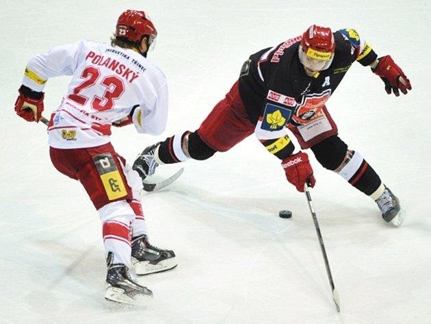 Zleva Jiří Polanský z Třince a Peter Mikuš z Hradce.
