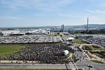 Před budovou vedení automobilky Škoda Auto v Mladé Boleslavi demonstrovaly 15. dubna tisíce zaměstnanců za vyšší mzdy.