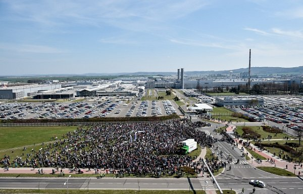 Před budovou vedení automobilky Škoda Auto vMladé Boleslavi demonstrovaly 15.dubna tisíce zaměstnanců za vyšší mzdy.