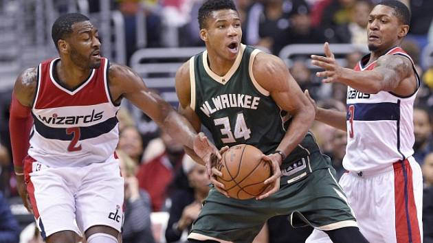 Utkání NBA mezi Washingtonem (v bílém) a Milwaukee.