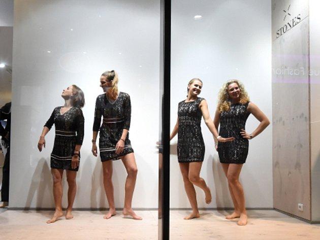 Legrace musí být. České tenistky (zleva) Barbora Strýcová, Karolína Plíšková, Lucie Šafářová a Kateřina Siniaková jako figuríny.