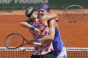 """Tým """"Bucie"""". Lucie Šafářová (vpravo) a Bethanie Matteková-Sandsová ovládly Roland Garros."""