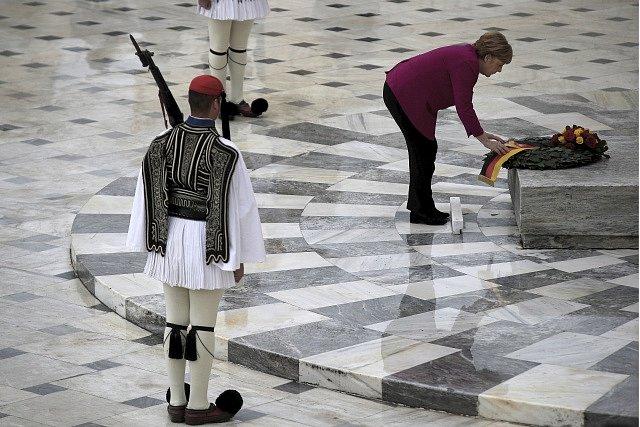 Německá kancléřka Angela Merkelová pokládá věnec u hrobu neznámého vojína v centru Athén.
