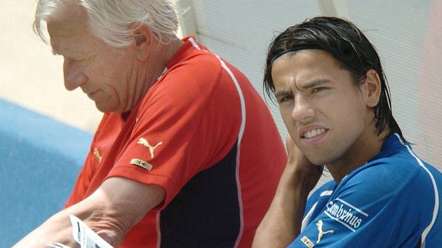 Kanonýr Milan Baroš s reprezentačním trenérem Karlem Brücknerem na mistrovství Evropy v Portugalsku.