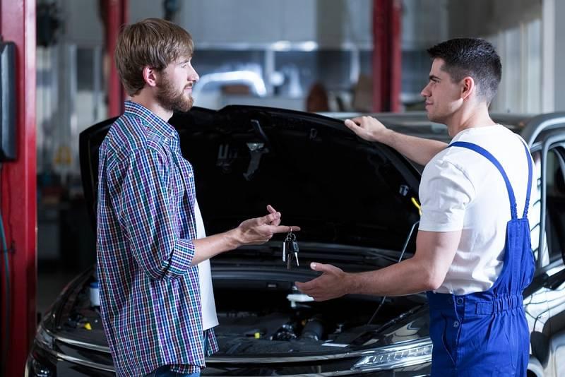 Chcete si nechat opravit auto? Tak počítejte s tím, že si nejenom připlatíte, ale také nějakou dobu počkáte.