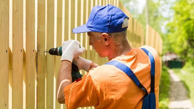 Nejenom k venkovským a rekreačním stavením se dobře hodí plot z dřevěných latí a prken.