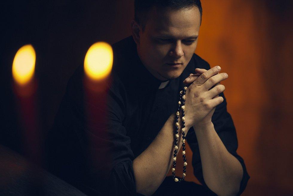 Také vkatolické církvi se ale najdou lidé, kteří život bez manželství a sexu považují za přežitek i příčinu nedostatku farářů.
