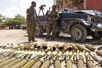 Etiopští vojáci hlídají v somálské metropoli Mogadišo zbraně ukořistěné v bojích s islamisty. Etiopané jsou obviňováni, že pozabíjeli na dvě desítky civilistů ukrývajících se v jedné z tamních mešit.