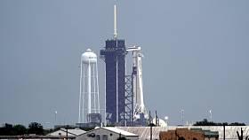 Raketa SpaceX Falcon 9 s vesmírnou lodí Crew Dragon v Kennedyho vesmírném středisku na Floridě, 27. května 2020