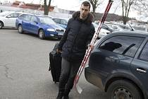 Sraz hokejové reprezentace: Josef Hrabal u zimního stadionu ve Velkých Popovicích