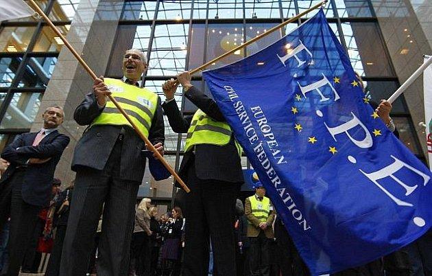 Část úředníků z bruselských institucí Evropské unie vyhlásila několikahodinovou stávku. Cílem bylo dosáhnout navýšení platů o 3,7 procenta