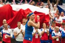 Petra Kvitová se raduje v semifinále Fed Cupu z vítězství nad Kristinou Mladenovicovou z Francie.