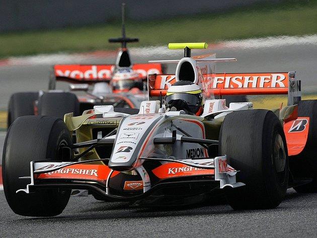 Pedro de la Rosa (vpředu) je sice zaměstnancem McLarenu, ale v Barceloně kroutil volantem Force India. Za ním jede  Gary Paffett právě v McLarenu.