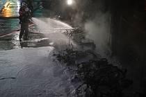 Hasiči bojují s požárem u Lyonského nádraží v Paříži.